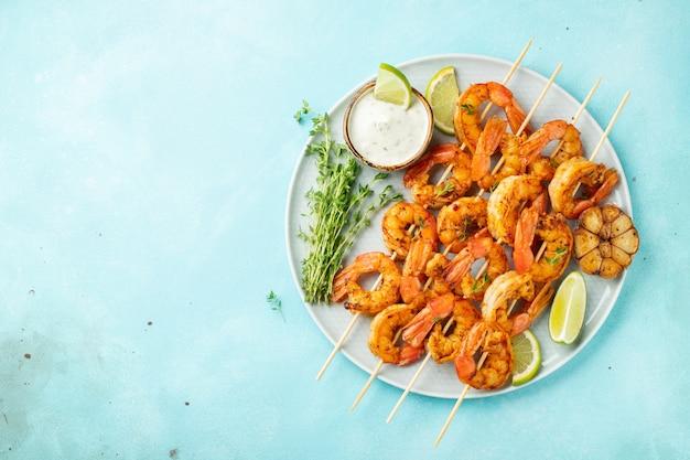 Espetos de camarão grelhado ou lagostins.