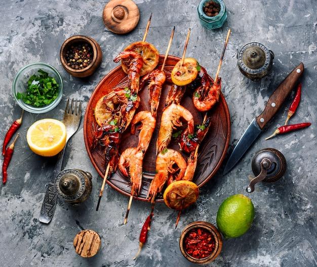 Espetos de camarão grelhado