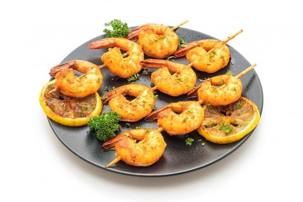 Espetos de camarão tigre grelhado com limão