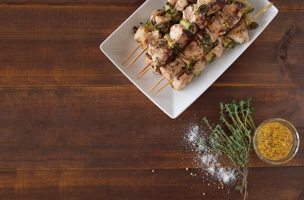 Espetos de carne de frango cozido.