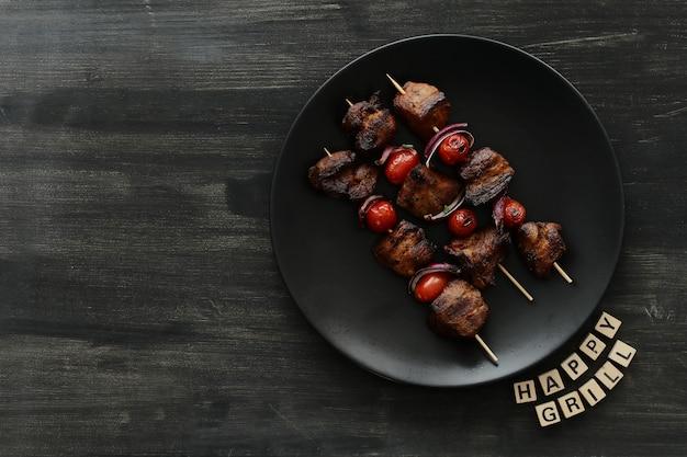 Espetos de carne e tomate grelhados