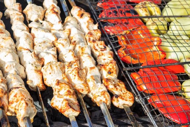 Espetos de carne e vegetais grelhados em uma marinada de ervas em uma panela de grelhar, vista superior