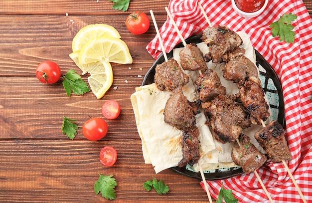 Espetos de churrasco com carne suculenta no prato