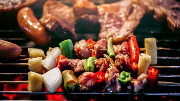 Espetos de churrasco grelhado espetinhos com legumes na grelha flamejante