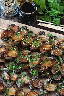 Espetos de cogumelos suculentos. comida vegana. keto dieta.