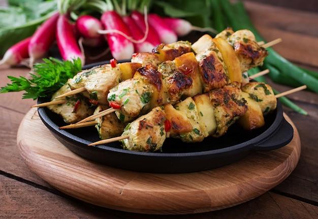 Espetos de frango com fatias de maçã e pimentão