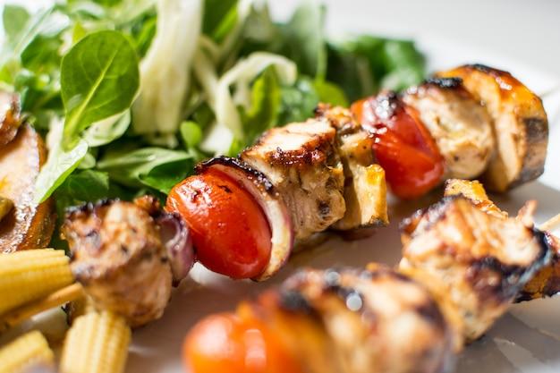 Espetos de frango grelhado colorido
