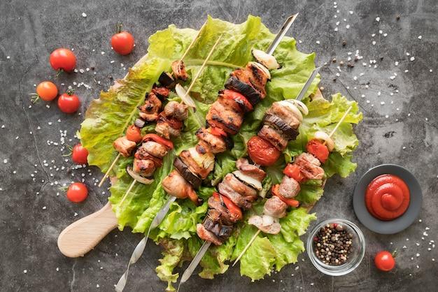 Espetos de frango grelhado com legumes