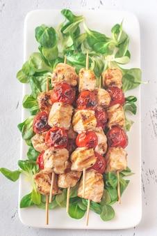 Espetos de frango grelhado na chapa branca