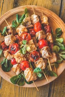 Espetos de frango grelhado no prato