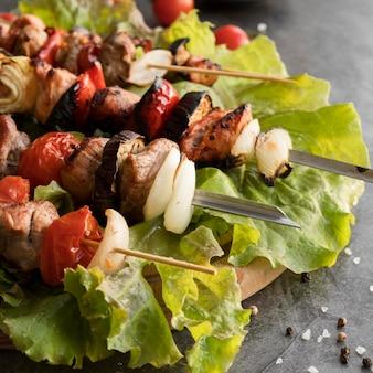 Espetos de frango grelhados com close-up de vegetais