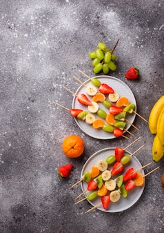Espetos de frutas, lanche saudável de verão