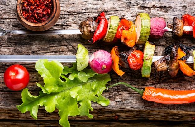 Espetos de legumes grelhados