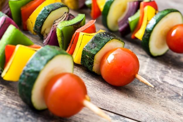 Espetos de legumes na mesa de madeira fechar