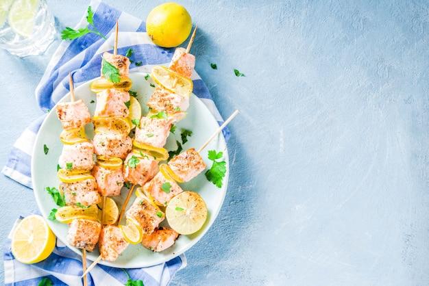 Espetos de peixe salmão grelhado