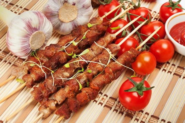 Espetos de porco com tomate cereja e alho