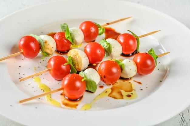 Espetos de salada caprese