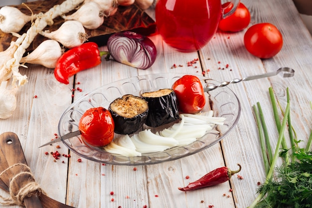 Espetos de vegetais grelhados com berinjela e tomate