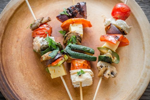 Espetos de vegetais grelhados no prato