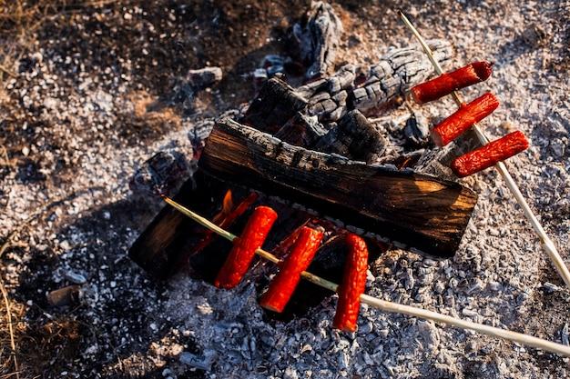 Espetos de vista superior de carne e fogo