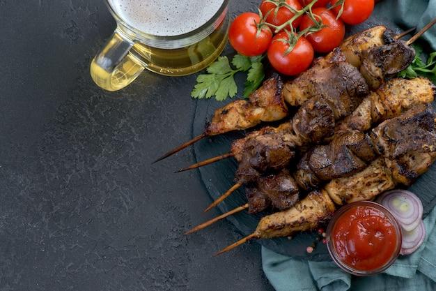 Espetos grelhados com salsa e tomate