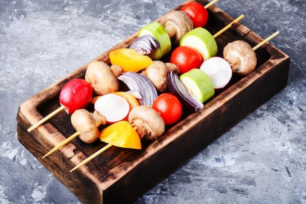 Espetos grelhados de legumes