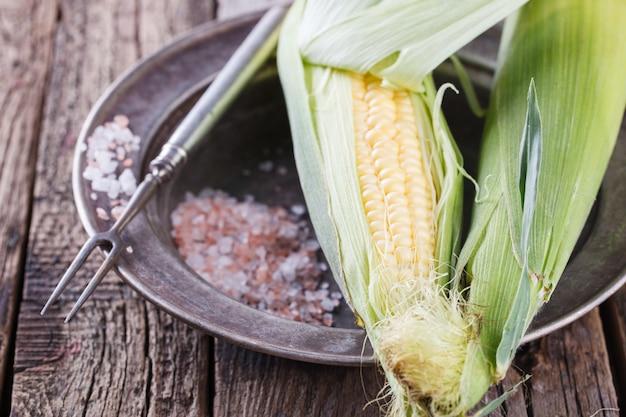 Espiga de milho fresca em pratos vintage