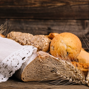 Espiga de trigo com pão assado na mesa de madeira