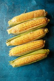 Espigas de milho cru fresco