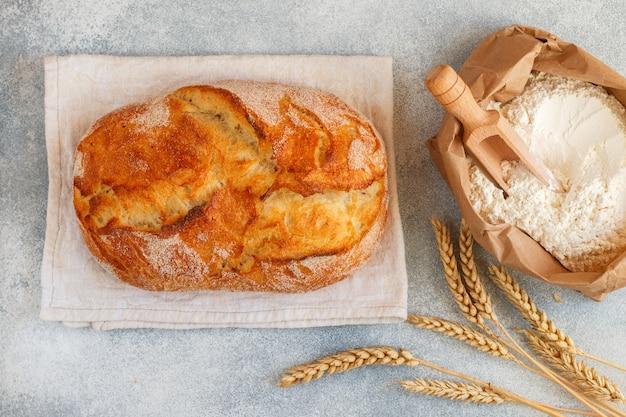 Espigas de pão branco, farinha e trigo