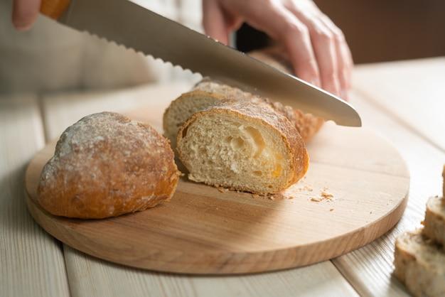 Espigas de pão de centeio em uma mesa velha