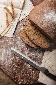 Espigas de pão de centeio em uma parede de madeira