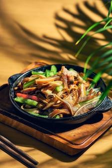 Espigas de porco em conserva e fritas em uma frigideira. cozinha chinesa.
