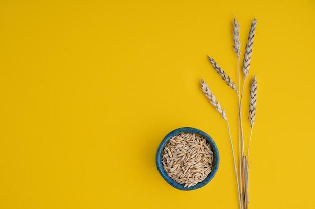 Espigas de trigo e grãos em um prato redondo