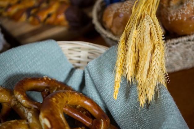 Espigas de trigo e pães de pretzel no balcão