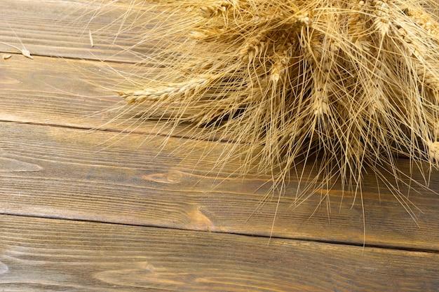 Espigas de trigo na mesa de madeira