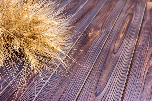 Espigas de trigo no fundo de madeira