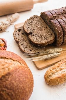 Espigas de trigo perto de pão