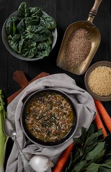 Espinafre, arroz e lentilha minestrone