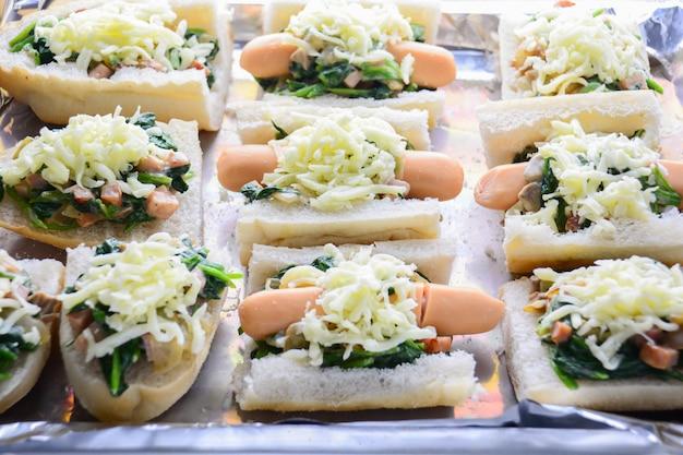 Espinafre cozido com queijo, salsicha na baguete, pão francês