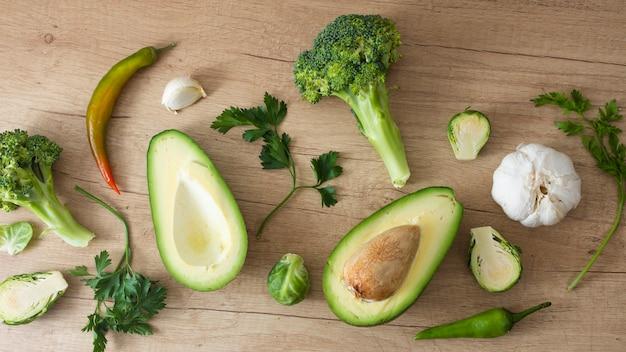 Espinafre de abacate delicioso e legumes verdes