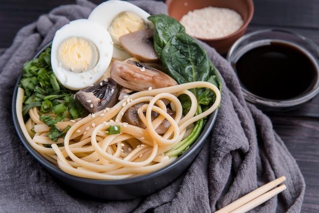 Espinafre e ovos ramen deliciosa sopa japonesa