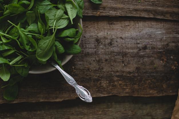 Espinafre em cima da mesa