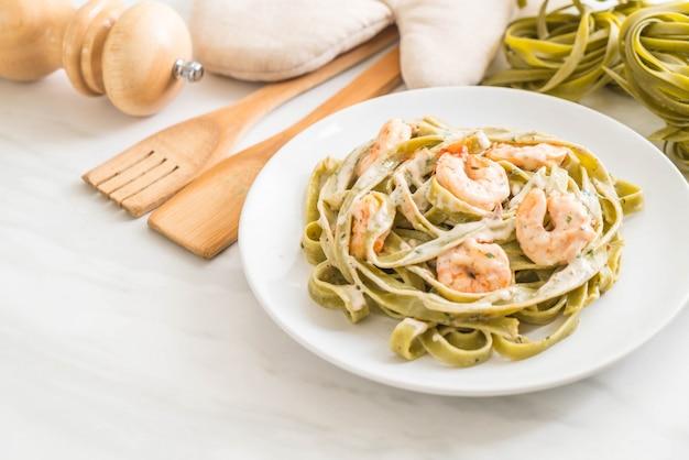 Espinafre fettuccini macarrão com camarão