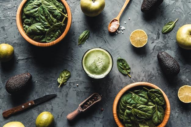 Espinafre, maçã, abacate, smoothies de limão em uma comida saudável de madeira, eco, descascada, vegan.
