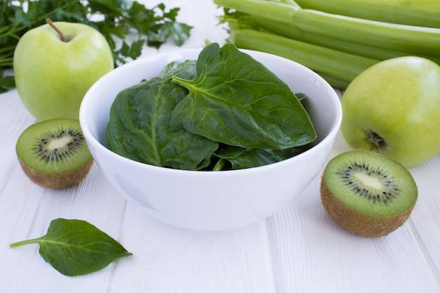 Espinafre na tigela e frutas verdes