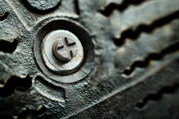 Espinho metálico na borracha de um pneu de carro com tachas de inverno de perto. fotografia macro