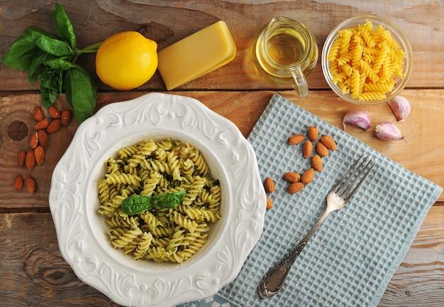 Espirais de macarrão com queijo, amêndoas e manjericão