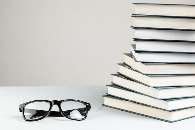 Espiral de close-up vista frontal empilhado livros