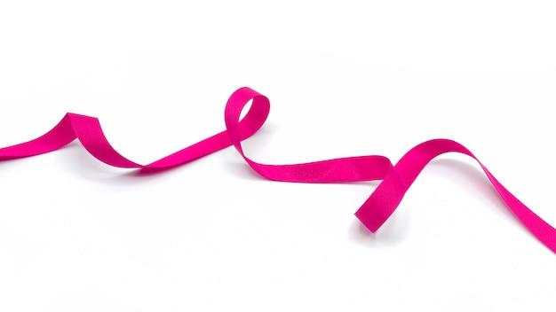 Espiral de fita de tecido rosa isolado no fundo branco